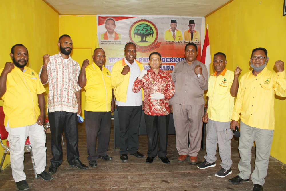 Caption : Foto bersama Bupati Kabupaten Keerom bersama pengurus DPW dan DPD partai Berkarya usai peresmian kantor sekretariat DPD Partai Berkarya.
