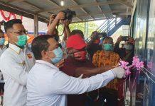 Caption : Bupati Kabupaten Keerom yang juga sebagai Pembina partai bersama Ketua DPD Partai garuda Jeffri Yulianto Waisapi dan ketua DPC Partai Garuda Kabupaten Keerom, Gus Wanimbo, bersama-sama melakukan pengguntingan pita sebagai tanda peresmian kantor sekretariat DPC partai Garuda Kabupaten Keerom, pada Rabu (05/08/2020).