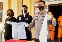 Kapolres Jayapura AKBP Dr. Victor Dean Mackbon, SH., S.IK., MH., M.Si saat menunjukkan barang bukti pakaian korban kasus pemerkosaan dalam press conference di halaman Mapolres Jayapura, Rabu (5/8/20)