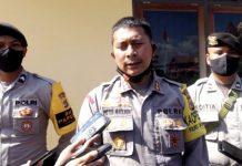 Kapolres Jayapura, AKBP Victor D Macbon saat memberi keterangan kepada wartawan di depan RM Papeda yang ada di samping Pos Jaga Mapolres Jayapura.