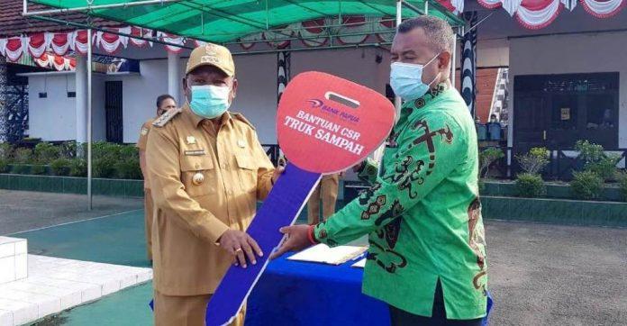 Bupati Jayapura, Mathius Awoitauw saat menerima secara simbolis bantuan dump truk dari Bank Papua, Senin (10/8/20)