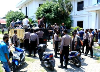 Aparat Polresta Jayapura Kota diback up Brimob Polda Papua saat mengangkut 19 unit sepeda motor hasil penggeledahan di Asrama Pegunungan Bintang, Selasa (12/8)