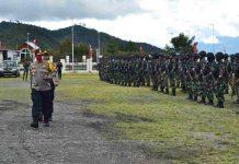 Caption : Kapolres Puncak Jaya, AKBP. Drs. Mikael Suradal, MM saat pimpin apel Gelar pasukan/Showforce TNI Polri Puncak Jaya, di Lapangan Alun - alun Pagaleme Mulia (16/08/2020).