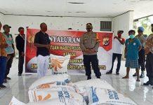 Wakapolresta Jayapura Kota Kompol Heru Hidayanto, S.Sos saat menyerahkan bantuan beras kepada warga Kampung Moso, Distrik Muara Tami, Senin (17/8/20)