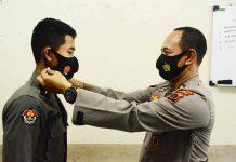 Caption : Kabid Humas Polda Papua Kombes Pol. Drs. Ahmad Musthofa Kamal, SH saat mengenakan Masker kepada salah satu anggota Polda Papua