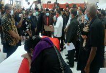 Suasana penyerahan jenazah Almarhum DR. Habel Melkias Suwae, S.Sos.MM dari Kepala BKPM, Bhlil Lahadalia kepada Bupati Jayapura, Mathius Awoitauw untuk selanjutnya diserahkan kepada pihak keluarga di Gedung DPRD Kabupaten Jayapura, Sabtu (5/9/20).