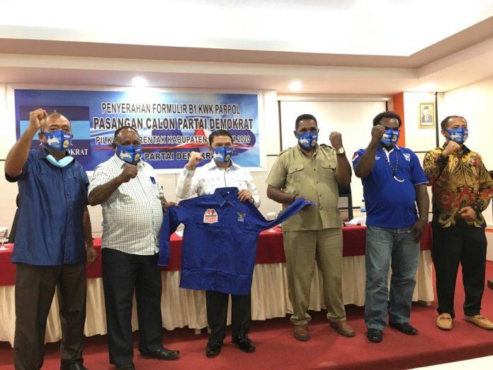 Caption : Ketua DPC Kab Keerom, Bobirus Jikwa saat menyerahkan rekomendasi B1 KWK kepada Calon Bupati Keerom MUH Markum di Grande Hotel Arso II, Jumat (4/9)