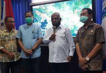 Bupati Jayapura, Mathius Awoitauw (pegang mic) saat me-launching aplikasi Simada di ruang VIP Kantor Bupati Jayapura, Kamis (17/9/20)