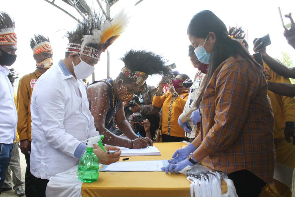 Caption: pasangan Markum-Malen (MAMA), saat mengisi daftar hadir di Kantor KPU Kabupaten Keerom, Sabtu (05/09/2020)