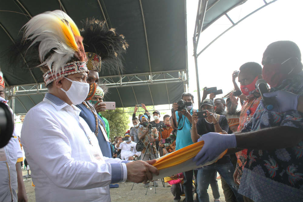 Caption: Pasangan Markum-Malen (MAMA), saat menyerahkan berkas pendaftaran kepada Ketua KPU Kabupaten Keerom, Sabtu (05/09/2020)