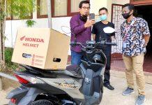 Jajaran top manajemen Astra Motor Papua saat mengantar sepeda motor Honda Beat Street kepada pelanggan sekaligus memberi kejutan berupa hadiah