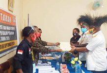 Caption : Pasangan Yermias, SH Bisai dan Lamek Maniagasi, SE saat menyerakan berkas pendaftaran ke KPU, Sabtu (05/09/2020)