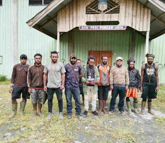 Caption : Forum Peduli Puncak Jaya saat membacakan pernyatan sikap penolakan atas tuduhan oknum-oknum yang tidak bertanggungjawab hingga menuduh bupati Puncak Jaya melakukan penggelapan dana desa.