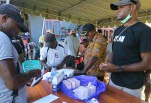 Caption : Asisten I Setda Kabupaten Waropen, Jaelani saat menyerahkan bantuan dari Program Gepemkesmawar kepada kepala Distrik Kirihi dan Walau, pada Sabtu (19/09/2020)