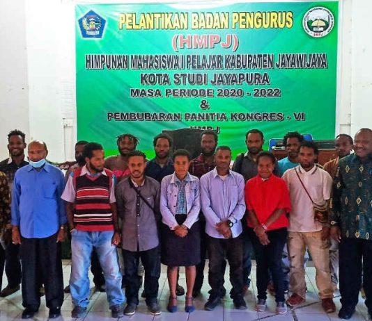Caption : Foto bersama Kepala Perwakilan pemerintah Kabupaten Jayawijaya, Handoko Pramudiyo bersama mahasiswa usai pelantikan Badan Pengurus HMPJ Kota Study Jayapura, di Museum Expo Waena, (19/09/2020).