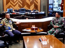 Politisi Partai Gerindra Yang juga Anggota Komisi I DPR RI, Yan Permenas Mandenas saat bertemu dengan KSAD Jendral TNI Andika Prakasa, Senin (21/9/20)