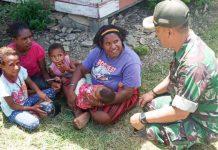 Danramil 1702-08/Karubaga Kapten Inf Restu Luberna saat berkunjung ke rumah-rumah warga di Distrik Karubaga, Minggu (20/09)