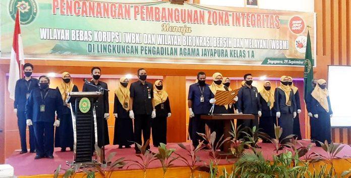 Pembacaan ikrar yang dipimpin Ketua PA Jayapura Klas1 A, Farida Hamid,SH,MH beserta para hakim dan staf di Hotel Horison Kotaraja, Kamis (24/9/20)