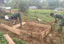 Caption : Terlihat Satgas TMMD Ke-109 saat memulai pembangunan Pondasi Jamban di Kampung Kakukan, pada Sabtu (26/09/2020).