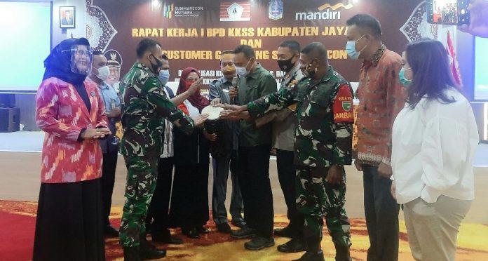 Pembukaan Raker I BPD KKSS Kabupaten Jayapura oleh Wakil Bupati Jayapura, Giri Wijayantoro bersama pejabat dan tokoh KKSS, di Hotel Suni Garden Lake, Sabtu (17/10/20)