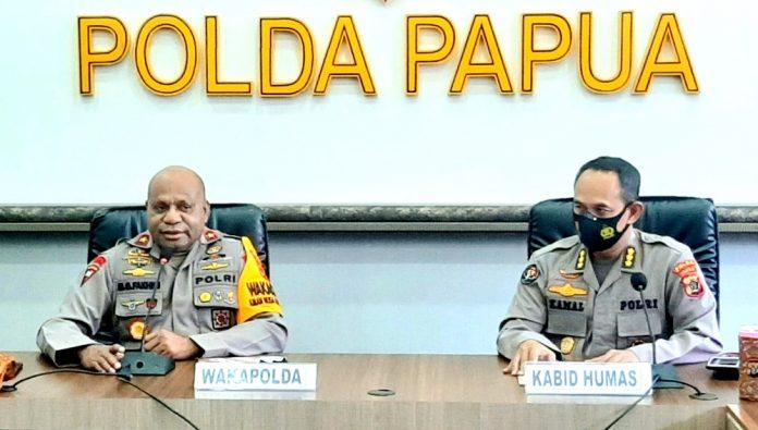 Wakpolda Papua, Irjen Pol. Mathius D. Fakhiri didampingi Kabid Humas Polda Papua, Kombes Pol. Drs. Ahmad Mustofa Kamal,SH saat memberi keterangan pers, Senin (19/10/20)