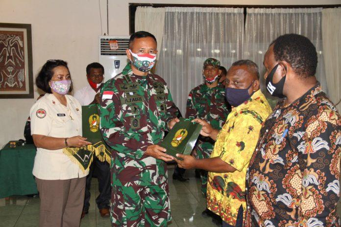 Kepala Staf Korem Kasrem 172/PWY Kolonel Inf Achmad Fauzi saat menyerahkan bingkisan kepada tokoh masyarakat Papua di Makorem 172/PWY, Rabu (14/10/20)