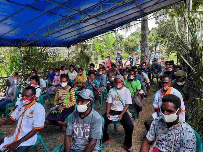 Caption : Sejumlah perwakilan masyarakat pegunungan Bintang di Kabupaten Keerom, saat menghadiri kampanye terbatas pasangan calon Bupati dan Wakil Bupati, Muh Markum-Malensius Musui, di KampungAsiaman, Rabu (30/09/2020)