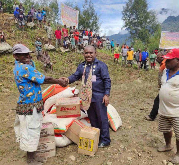 Caption : Anggota Komisi V DPR Papua, Tarius Mul saat memberikan bantuan kepada masyarakat di Distrik Abume, Kabupate Pegunungan Bintang.