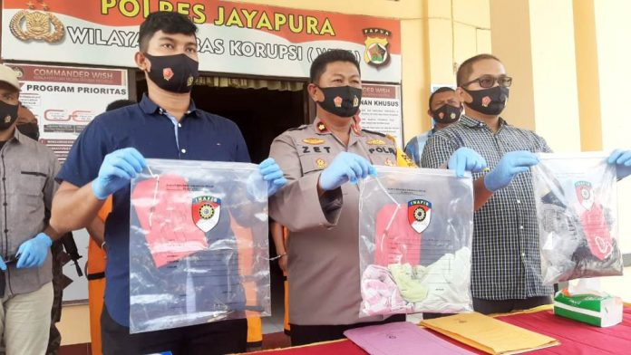 Wakapolres Jayapura, Kompol Zet Salino didampingi Kasat Reskrim dan Kaur Bin Ops, saat memberi keterangan pers di halaman Mapolres Jayapura, Selasa (6/10/20)