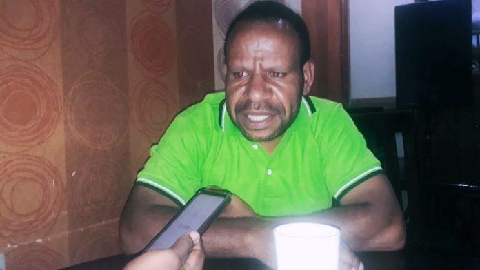 Pimpinan Pemuda Baptis Papua, Sepi Wanimbo saat memberikan keterangan kepada Wartawan di salah satu coffee di Sentani Papua, Selasa (6/10/2020)