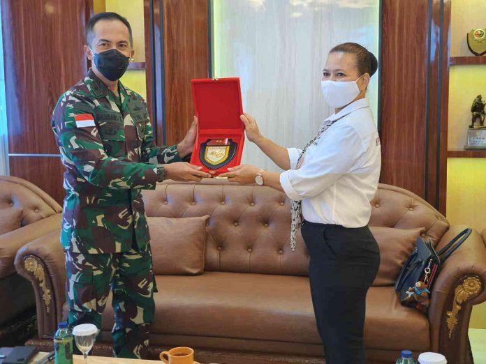 Caption : Ketua KPID, Ny. Rusni Abaidata, saat menyerahkan cinderamata dan penghargaan kepada Kasdam XVII/Cenderawasih, Brigjen TNI Bambang Trinohadi di ruang Cyclop Makodam XVII/Cenderawasih, pada Senin (12/10/2020).