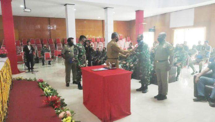 Caption : Pembukaan TMMD ke-109 Kodim 1714/PJ yang ditandai dengan penyerahan alat kerja dari Pemda Puncak Jaya kepada Komandan SSK Satgas TMMD Kodim 1714/PJ