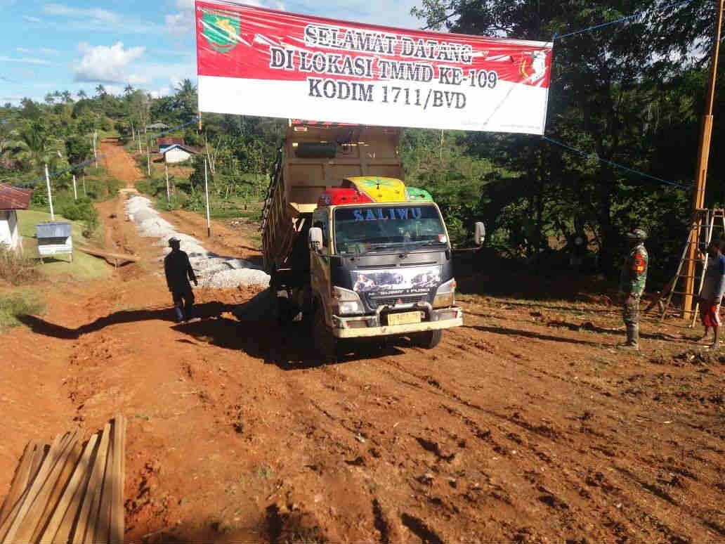 Caption : Kondisi cuaca serta medan yang lumayan berat tidak menyurutkan semangat anggota Satgas TMMD ke-109 Kodim 1711/BVD untuk membangun jalan di Kampung Kakuna.