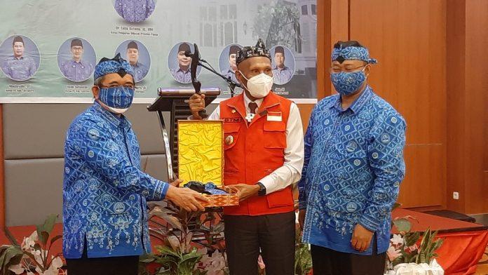 Walikota Jayapura, DR. Drs. Benhur Tomi Mano,MM saat menerima benda pusaka Kujang dari Paguyuban Pasundan