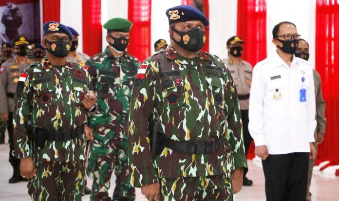 Wakapolda Papua Brigjen Pol. Mathius D. Fakhiri S.IK saat memimpin peserta upacara dari Papua pada upacara HUT Brimob ke-75 yang digelar secara virtual dan dipimpin oleh Kapolri Jendral Polisi Drs. Idham Azis, M.Si, Sabtu (14/11/20)