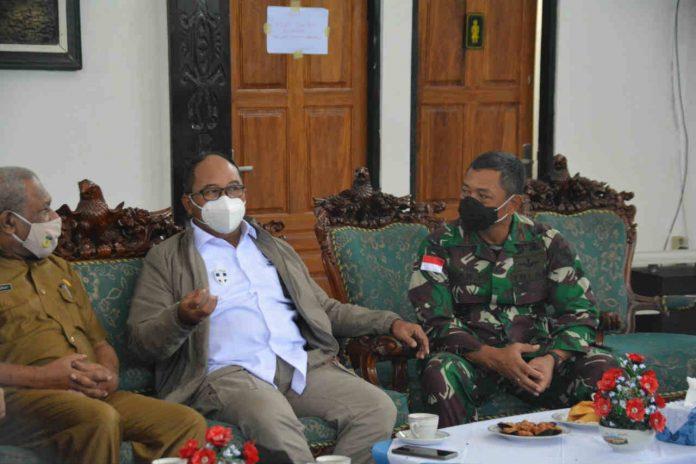 Caption : Danrem 172/PWY Brigjen TNI Izak Pangemanan saat bincang-bincang dengan (Menko PMK), Prof. Dr. Muhadjir Effendy di VIP Bandara Sentani, Selasa (24/11/2020).
