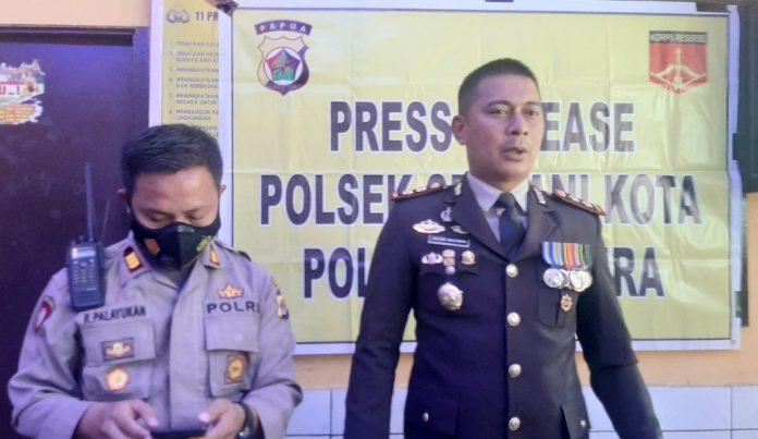 Kapolres Jayapura, AKBP Dr. Victor D. Macbon didampingj Kapolsekta Sentani saat memberikan keterangan pers, Selasa (15/12/20)