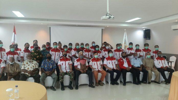 Ketua Umum Gercin Pusat, Hendrik Y. Udam, bersama dewan penasehat dan tokoh adat saat foto bersama pengurus DPC Gercin Kabupaten Jayapura usai pelantikan, Selasa (15/12/20)