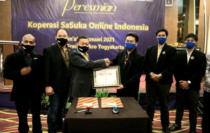 Penyerahan Lisensi Bisnis dari Direktur utama PT, Sasuka Online Indonesia, Ricardus Kristiatmoko kepada Ketua Koperasi Sasuka Online Indonesia, Adi Sumunar
