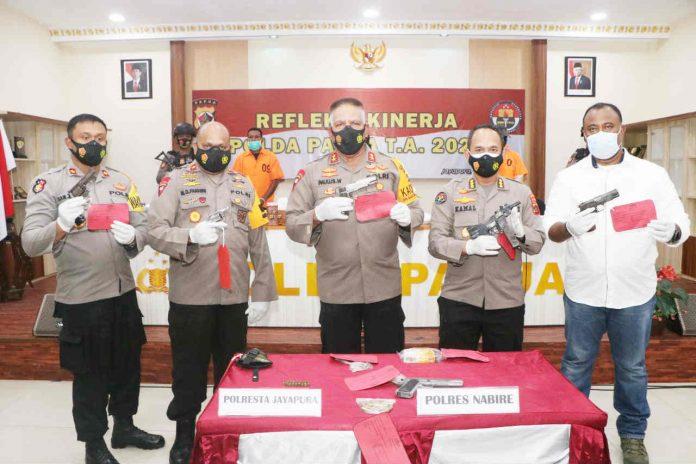 Caption : Kapolda Papua, Irjen Pol Drs. Paulus Waterpauw didampingi Wakapolda Papua, dan Kabid Humas, serta pejabat Polda Papua, saat menunjukan barang bukti Senpi dan Aminuni milik tersangka NT dan rekannya di Mapolda Papua, Selasa (05/01/2021)