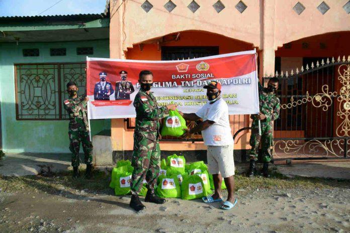 Caption : Korem 172/PWY mendistribusikan 2.000 paket bantuan sosial dari Panglima TNI dan Kapolri pada Sabtu (09/01/2021).