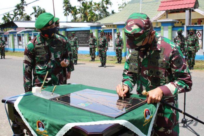 Caption : Pangdam XVII/Cenderawasih Mayjen TNI Ignatius Yogo Triyono, M. A, saat meresmikan Kodim 1705/Nabire yang ditandai penandatangan prastasti, Senin (11/01/2021.