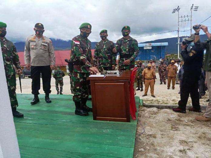 Caption : Pangdam XVII/Cenderawasih, Mayjen TNI Ignatius Yogo Triyono, M.A, saat menakan tombol sebagai tanda diresmukannya Kodim 173/Pania, pada Selasa (12/01/2021)