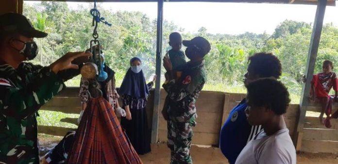 Caption : Satgas Yonif Mekanis 516/CY bersama Puskesmas Ninati mengadakan Pelayanan Kesehatan di kampung Yetetkun perbatasan RI-PNG Distrik Waropko, Kabupaten Boven Digoel, Papua, Rabu (13/01/2021)
