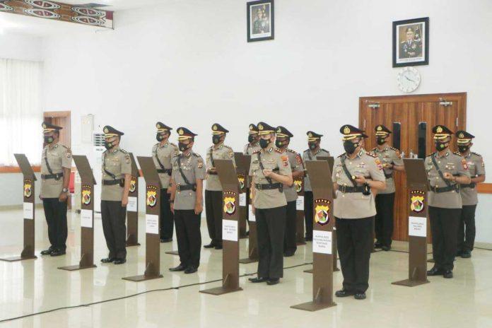 Caption : Sembilan Kapolres saat menerima sumpah janji jabatan di Aula Rastra Samara Polda Papua, Senin (22/02/2021)