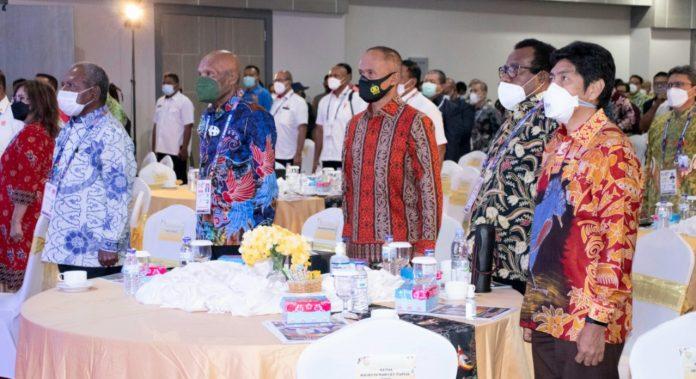 Pangdam XVII/Cenderawasih Mayjen TNI Ignatius Yogo Triyono, M.A bersama pejabat lain dalam acara pembukaan Chief de Mission (CdM) Meeting Ke-2 PON XX tahun 2021 di Ball Room Hotel Suni Garden Lake, Sentani, Rabu (7/4/21)