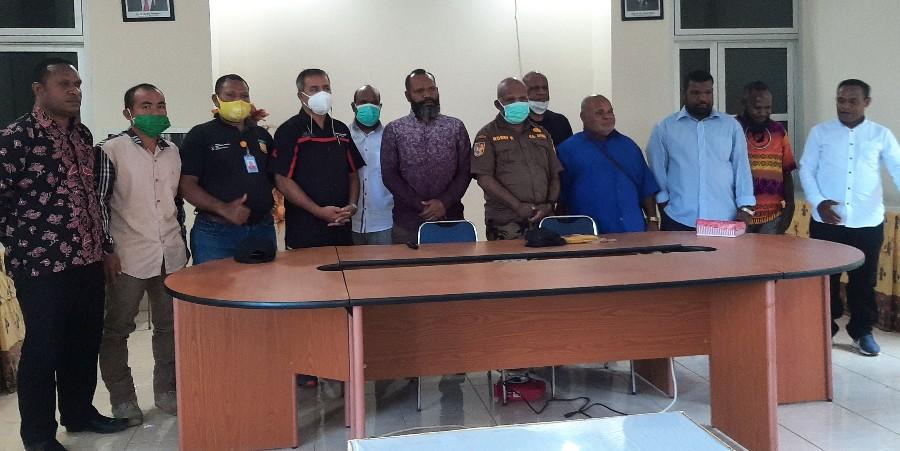 Kepala Dinas KPA Provinsi Papua, Dr. Robby Kayame,SKM,M.Kes bersama Ketua KPA Provinsi Papua, Yanuel Matuan dan pengurus KPA Provinsi Papua saat berfoto bersama