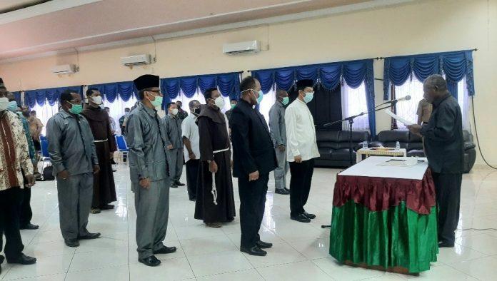 Bupati Jayapura, Mathius Awoitauw,SE, M.Si, saat mengukuhkan Pengurus FKUB Kabupaten Jayapura di Aula Kantor Bupati Jayapura, Gunung Merah, Sentani, Senin (26/04/21)