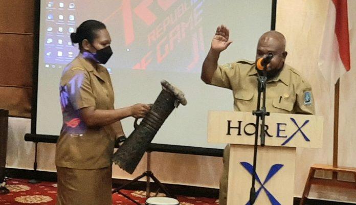 Pembukaan Rakor Pokja Agama MRP oleh Asisten III Setda Kabupaten Jayapura, Dr. Timotius Demetouw, di Hotel Horex Sentani Selasa (17/04/21)
