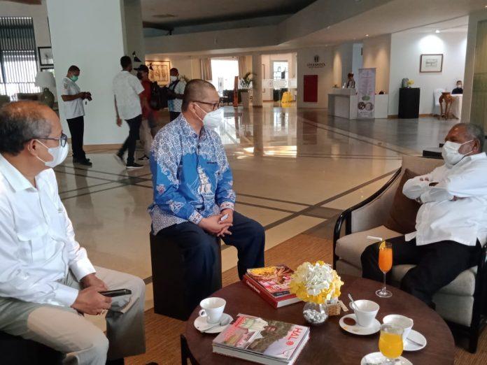 Bupati Jayapura, Mathius Awoitauw, SE, M.Si saat berbincang-bincang dengan Deputi Kepala Perwakilan Bank Indonesia Provinsi Papua, Dedy Irianto, di Hotel Suni Garden Lake, Sentani